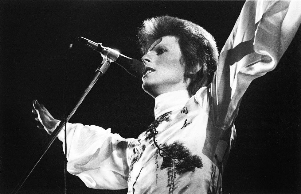 David Bowie actúa en el Earls Court Arena el 12 de mayo de 1973.
