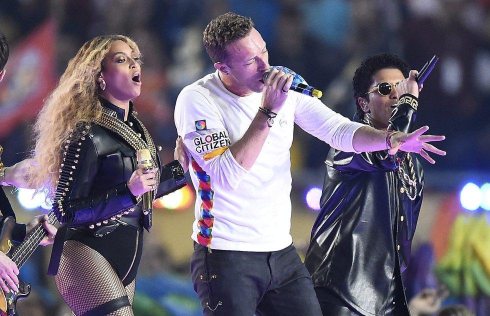Beyonce, Chris Martin y Bruno Mars durante el show del descanso