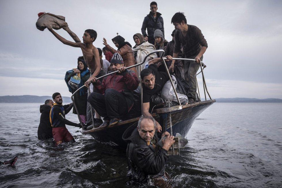 Fotografía de la serie ganadora de la categoría de noticias de actualidad de la 59 edición del World Press Photo, tomada por el fotógrafo ruso del New York Times Sergey Ponomarev. La fotografía muestra a un grupo de refugiados a su llegada a la isla de Lesbos (Grecia) en noviembre de 2015.