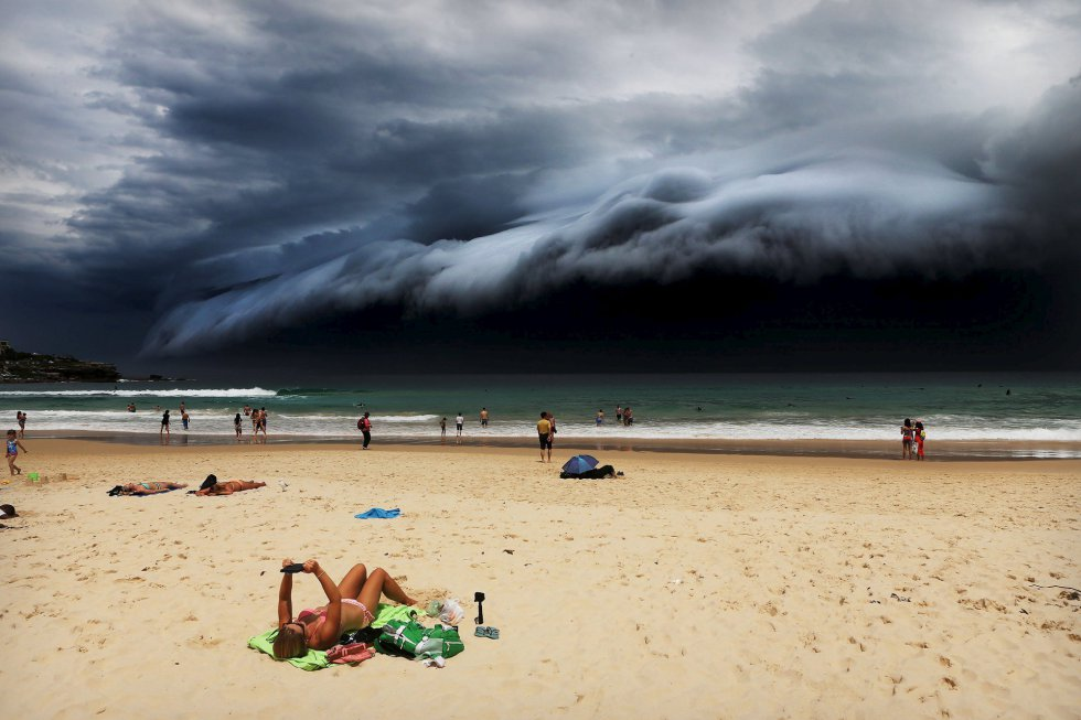 Primer premio en la categoría 'Naturaleza'. Una bañista toma el sol ajena a la nube siniestra que se acerca en la playa Bondi (Sidney), el 6 de noviembre de 2015. Este espectacular fenómeno meteorológico solo se ve un par de veces al año.