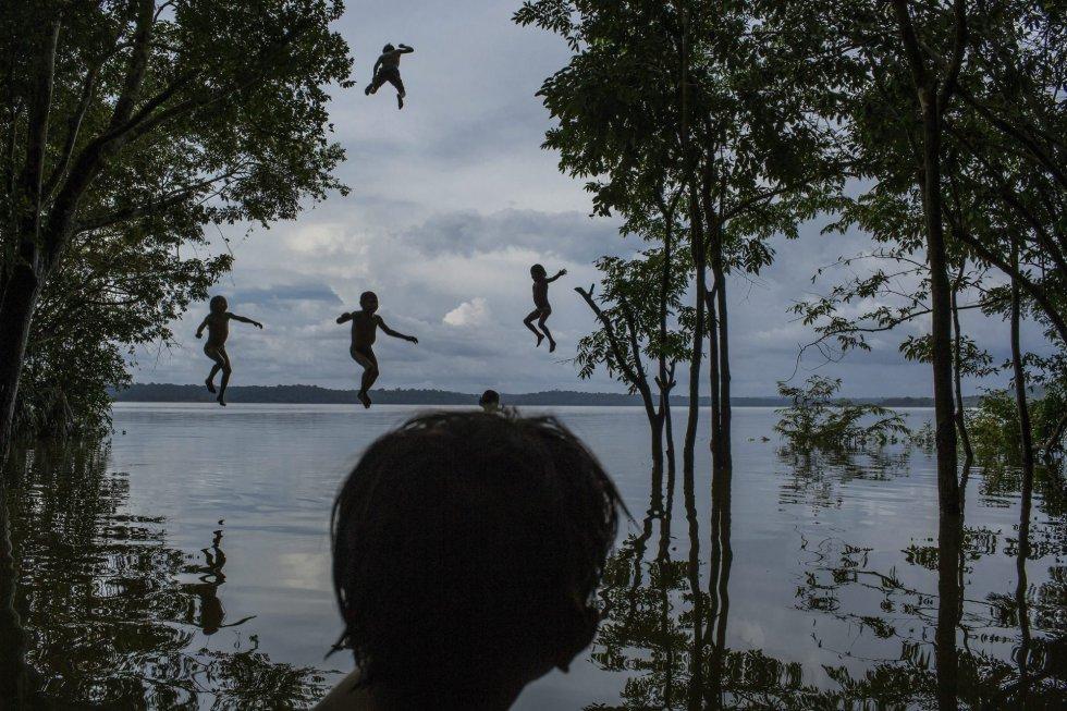 Segundo premio de la categoría individual de vida cotidiana de la 59 edición del World Press Photo, tomada por el fotógrafo del 'New York Times', el brasileño Mauricio Lima. La fotografía muestra a un grupo de niños de la tribu Munduruku jugando en el río Tapajos en Itaituba (Brasil) el 10 de febrero de 2015.
