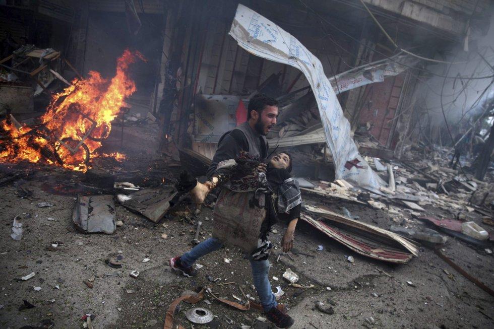 Fotografía de la serie ganadora del segundo premio de la categoría de temas de actualidad de la 59 edición del World Press Photo, tomada por el fotógrafo Abd Doumany. La fotografía muestra a un hombre sirio portando el cuerpo sin vida de un niño asesinado durante los bombardeos efectuados en la ciudad de Douma (Siria) el 7 de noviembre 2015.