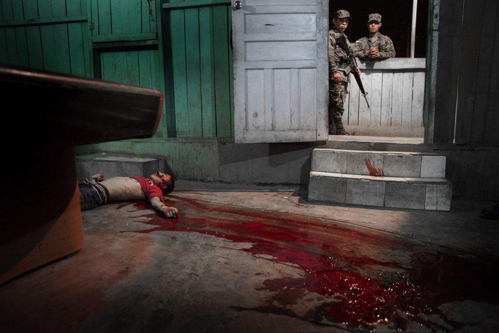 Fotografía ganadora del tercer premio de la categoría individual de temas de actualidad de la 59 edición del World Press Photo, tomada por el fotógrafo sueco Niclas Hammarstroemdel. La fotografía muestra el cuerpo sin vida de un joven asesinado en San Pedro Sula (Honduras) hoy, 4 de marzo de 2015.