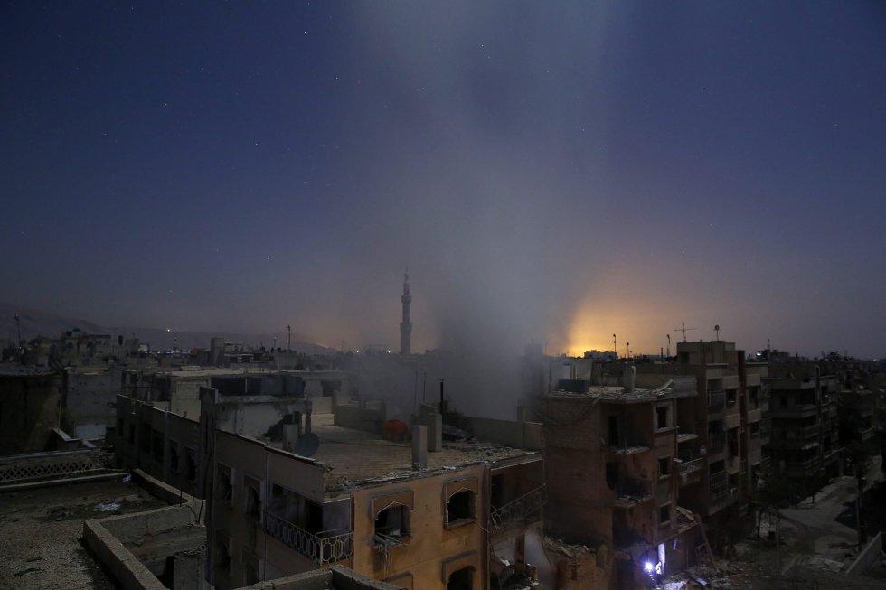 Fotografía de la serie ganadora del primer premio en 'Historias' de la categoría noticias de actualidad de la 59 edición del World Press Photo, tomada por el fotógrafo Sameer Al-Doumy. La fotografía muestra una columna de humo saliendo de un edificio tras los bombardeos efectuados sobre la ciudad de Douma, en la zona rebelde de Siria, el 30 de octubre de 2015.