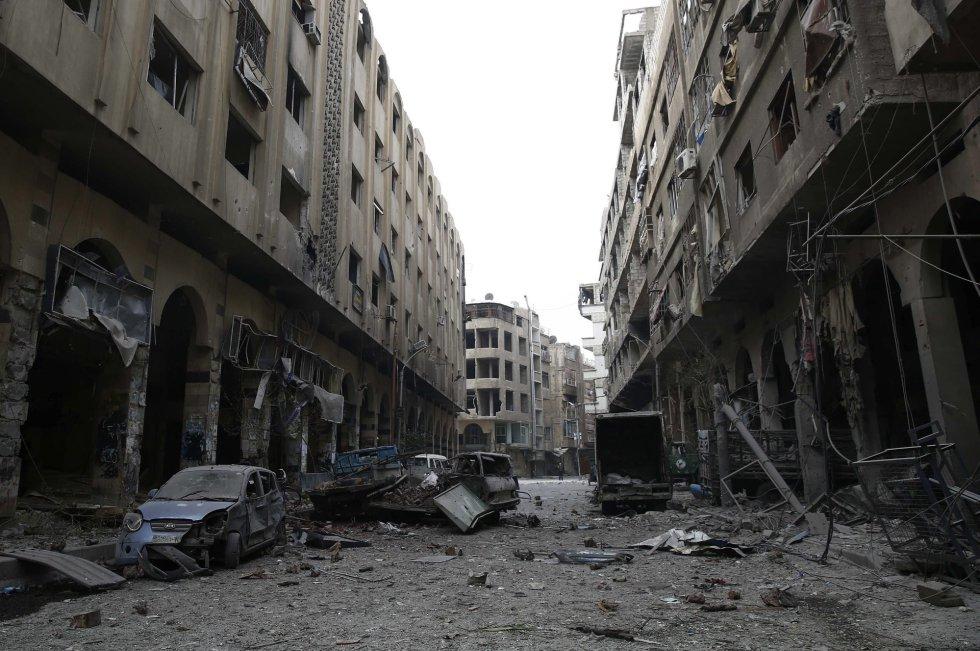 """Fotografía de la serie ganadora del primer premio en """"Historias"""" de la categoría noticias de actualidad de la 59 edición del World Press Photo, tomada por el fotógrafo Sameer Al-Doumy. La fotografía muestra los escombros que han dejado los bombardeos efectuados sobre la ciudad de Douma, en la zona rebelde de Siria."""