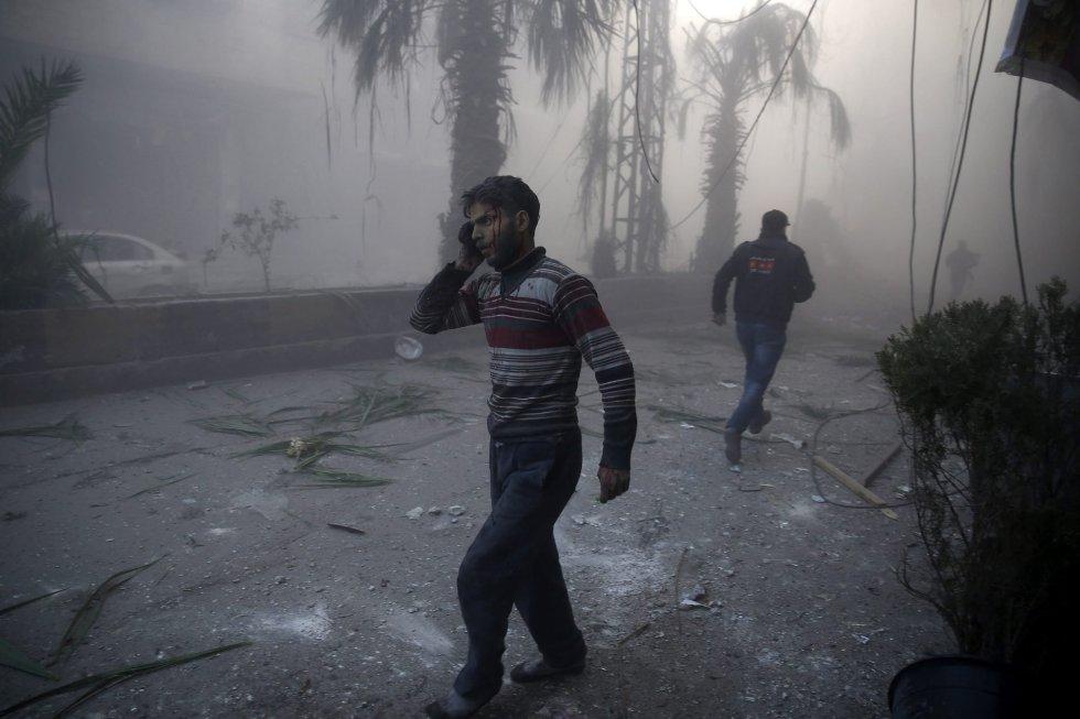 Fotografía de la serie ganadora en 'Historias' del primer premio de la categoría noticias de actualidad de la 59 edición del World Press Photo, tomada por el fotógrafo Sameer Al-Doumy. La fotografía muestra a un hombre herido caminando entre el humo causado por los bombardeos efectuados sobre la región de Ghouta, en la zona rebelde de Siria, el 9 de diciembre de 2015.