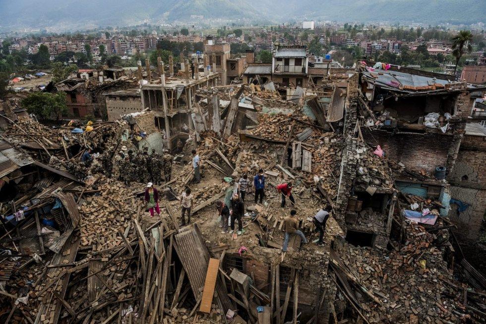 Fotografía de la serie ganadora en 'Historias' del tercer premio de la categoría noticias de actualidad de la 59 edición del World Press Photo, tomada por el fotógrafo australiano del New York Times Daniel Berehulak. La fotografía muestra a varios nepalíes vagando entre los escombros de sus casas, destruidas durante el terrible terremoto que se cobró más de 8.000 vidas y dejó más de 21.000 heridos en Bhaktapur (Nepal) el 25 de abril de 2015.