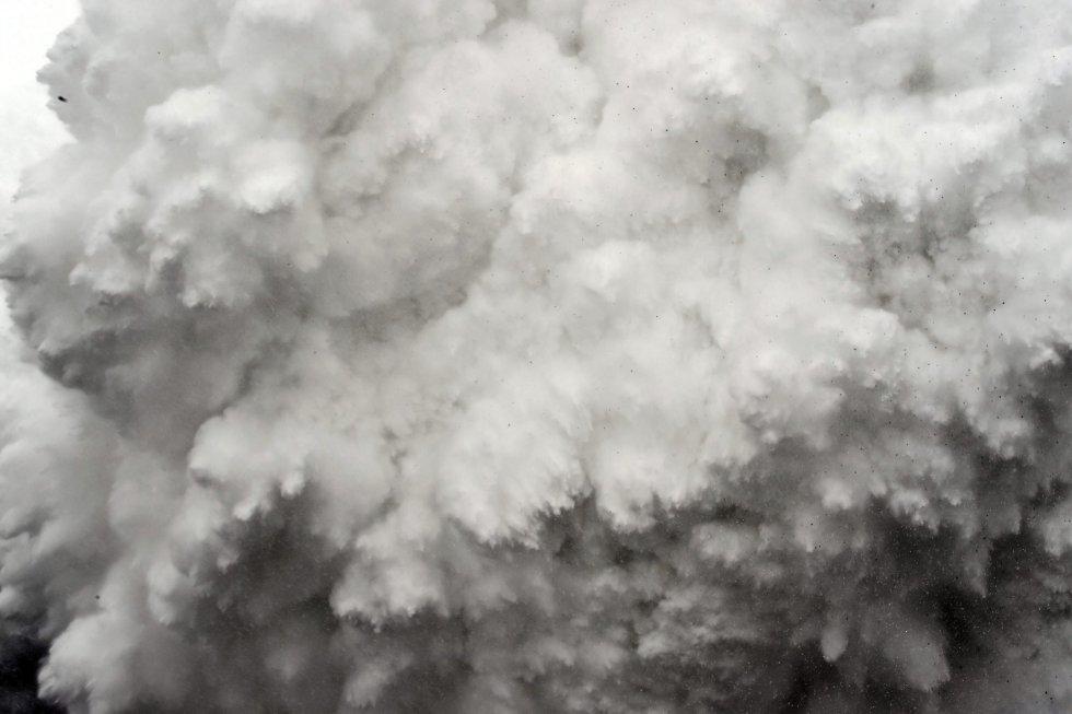 """Fotografía de la serie ganadora del segundo premio en """"Historias"""" de la categoría de deportes de la 59 edición del World Press Photo, tomada por el fotógrafo colombiano Roberto Schmidt. La fotografía muestra a una avalancha formada por un desprendimiento de roca, hielo y nieve que acabó con la vida de más de 22 personas en el Everest, en el Himalaya, el 25 de abril 2015."""