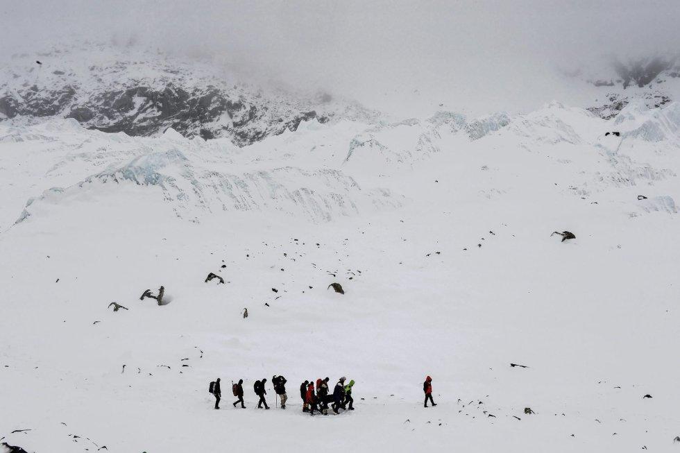 Fotografía de la serie ganadora del segundo premio en 'Historias' de la categoría de deportes de la 59 edición del World Press Photo, tomada por el fotógrafo colombiano Roberto Schmidt. La fotografía muestra a un grupo de sherpas portando el cuerpo de un superviviente tras el desprendimiento de roca, hielo y nieve que acabó con la vida de más de 22 personas en el Everest, en el Himalaya, el 25 de abril 2015.