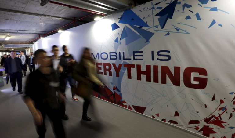 Los asistentes al Mobile World Congress de Barcelona llegan a la zona de acreditaciones