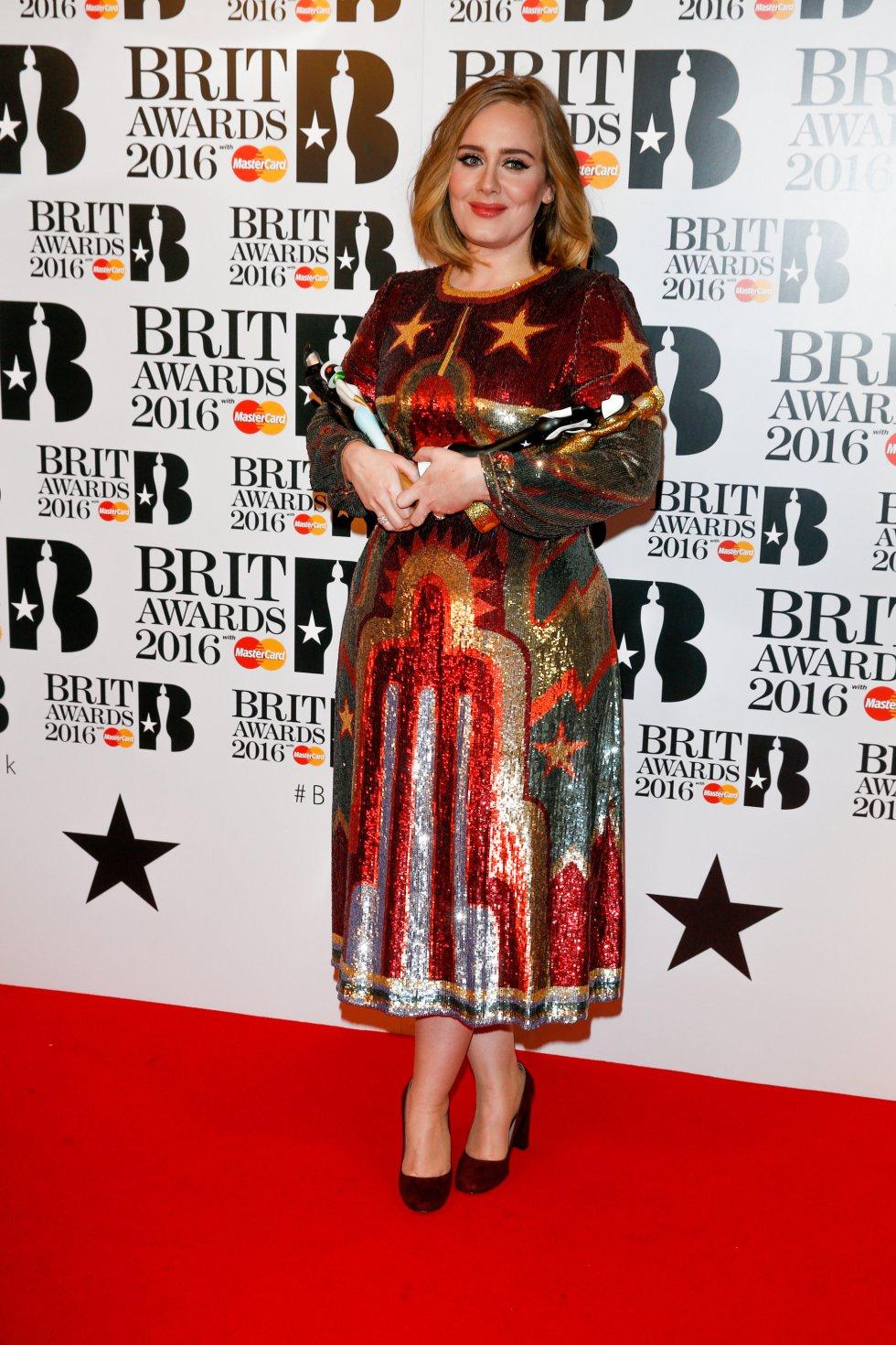 Adele posa con su premio.
