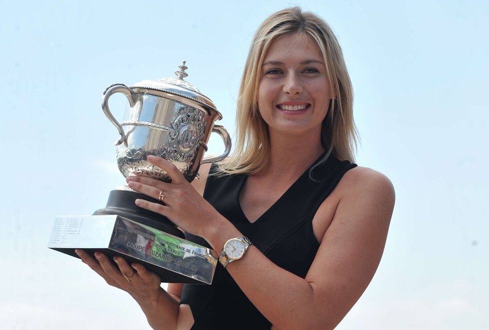 Sharapova posa con su título de campeona de Roland Garros