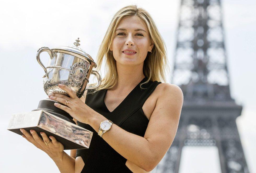 La tenista rusa Maria Sharapova sostiene el trofeo tras ganar el Open de Francia en París el pasado 8 de junio de 2014