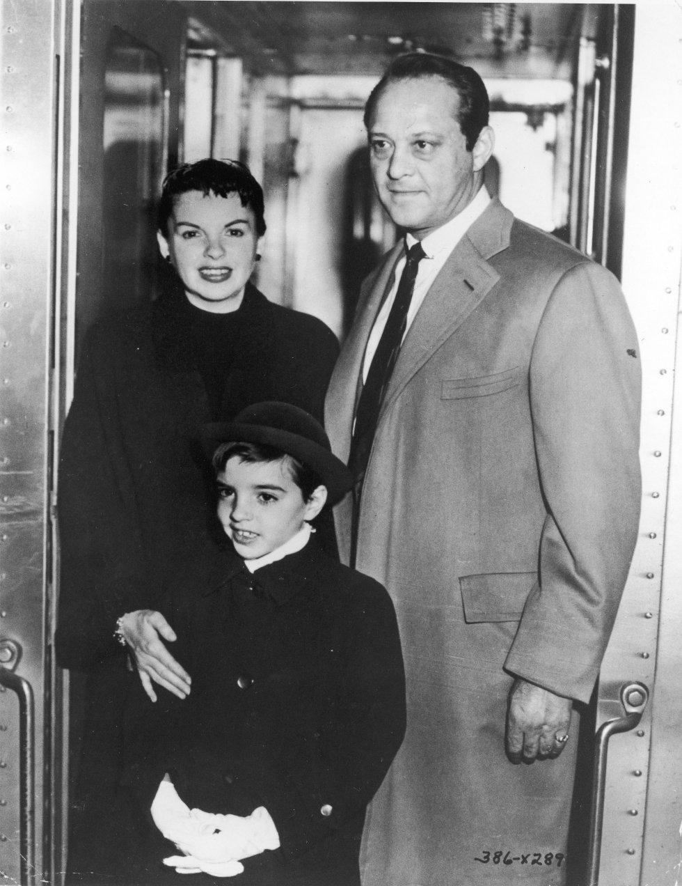 Liza en 1954 junto a su madre, Judy Garland, y su marido de entonces, Sidney Luft