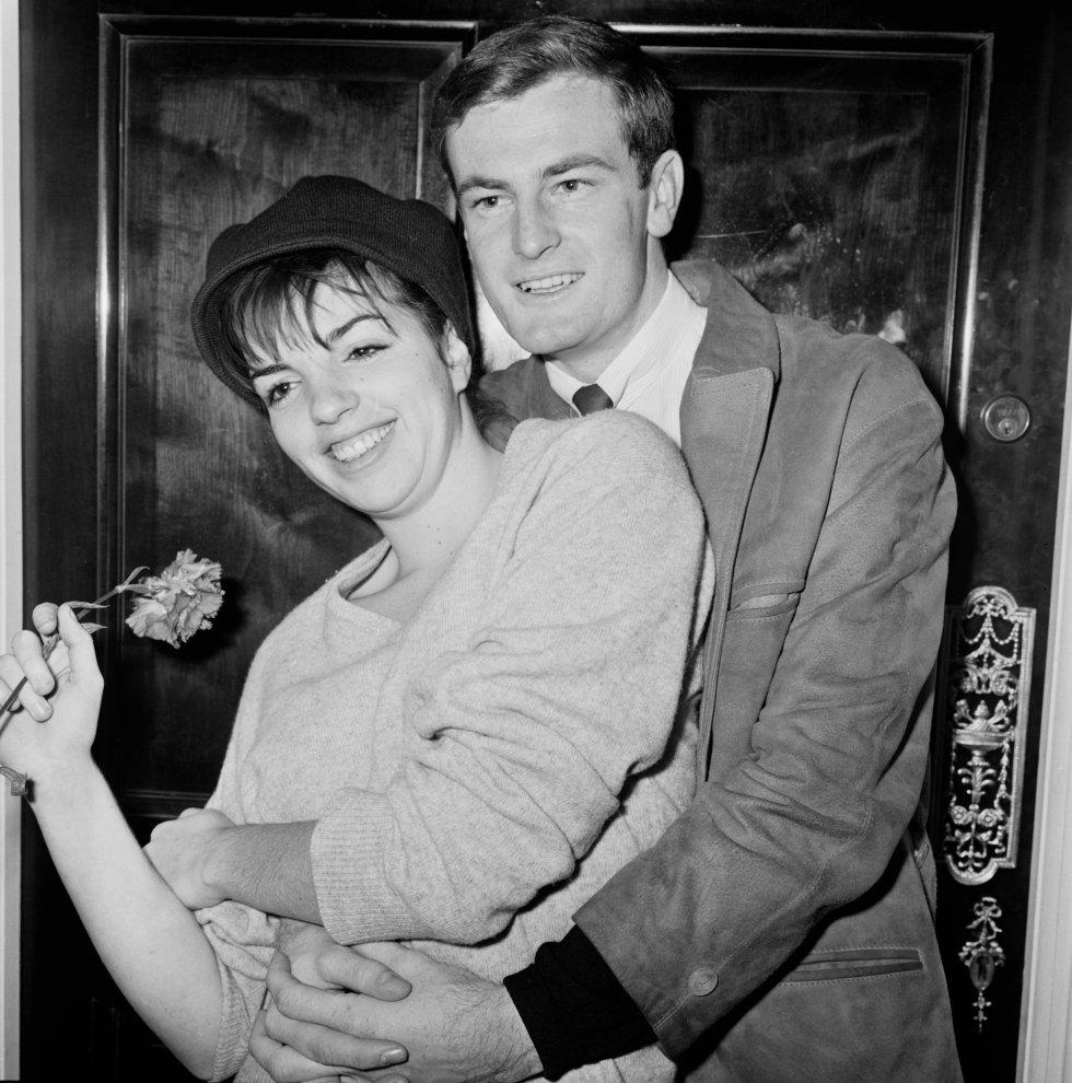 Liza junto a su prometido de entonces, el compositor australiano songwriter Peter Allen, en noviembre de 1964