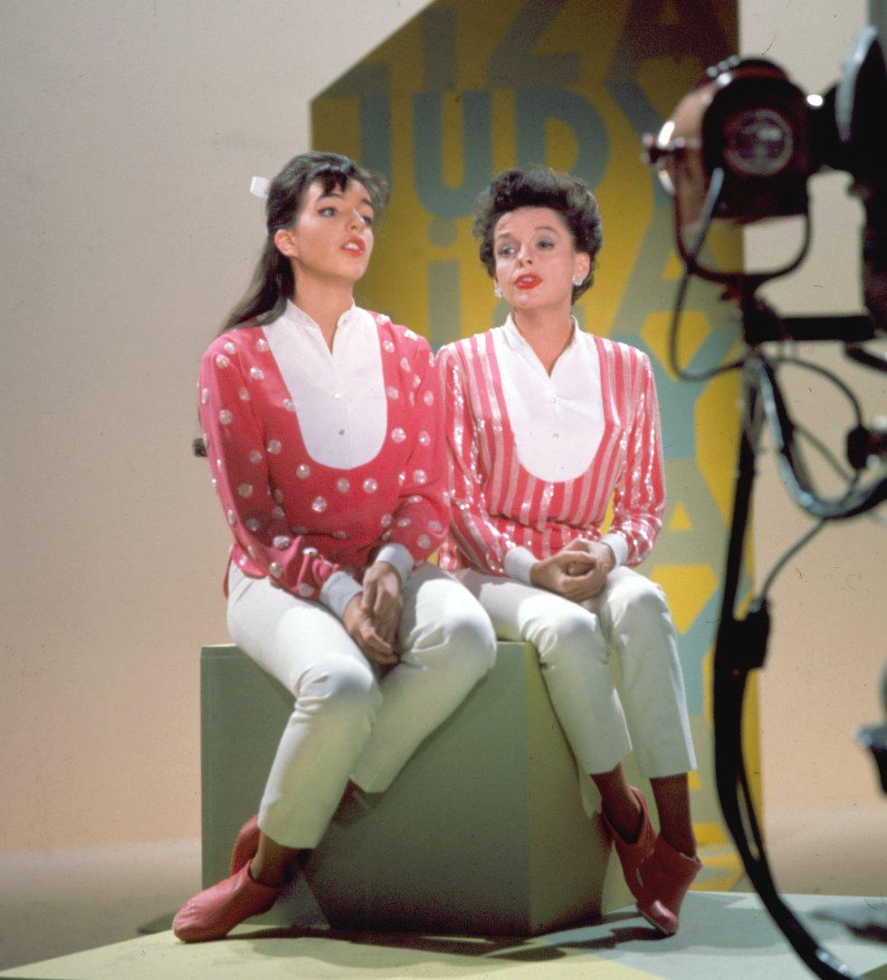 Madre e hija durante otra actuación musical en televisión en 1963