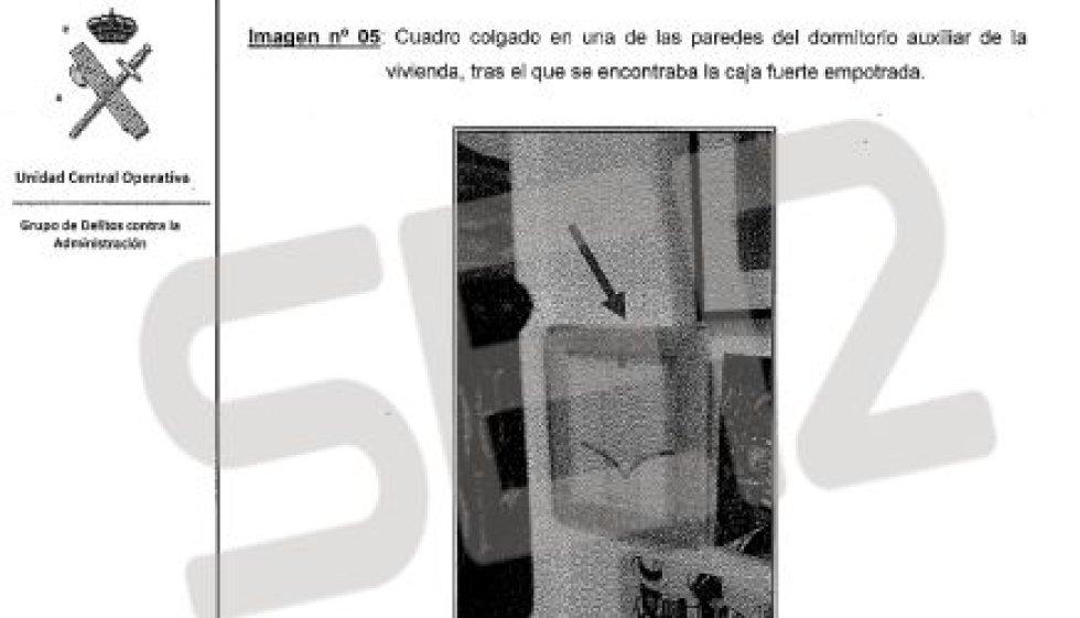 Los agentes de la Unidad Central Operativa de la Guardia Civil registraron la casa de la secretaria del grupo municipal del PP en el Ayuntamiento de Valencia, María del Carmen García Fuster. En un cajón cerrado con llave encontraron tres sobres que contenían 1.050, 550 y 1.240 euros, y en un dormitorio, oculta tras un cuadro, encontraron una caja fuerte empotrada en la pared (en la foto). En su interior había un sobre que contenía 2.850 euros.