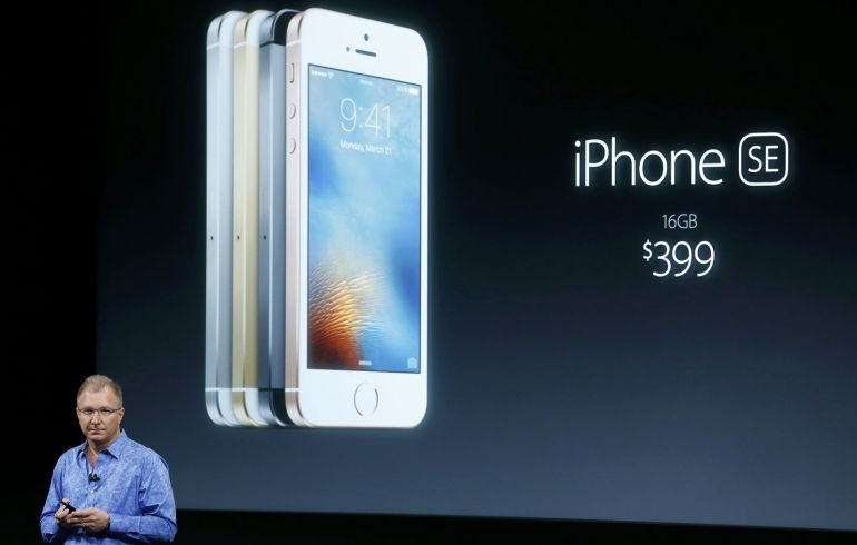 El videpresidente de Apple, Greg Joswiak, presenta el iPhone SE durante la 'keynote' del 21 de marzo en Cupertino, California.