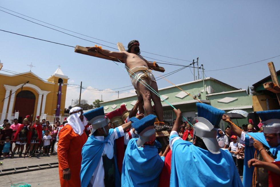 Actores participan en la representación de la pasión de cristo en un Vía Crucis en vivo en el municipio de Villa Nueva (Guatemala).
