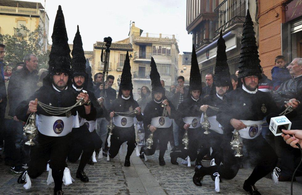 """Los Incensarios de la Semana Santa de Loja (Granada), una formación de ocho hombres ataviados con capirotes de cristales, encarnan una tradición registrada ya en 1765 que mezcla devoción y raíces de cante flamenco y que exhibe en cada """"corría"""" una combinación de movimientos castrenses y sátiras."""
