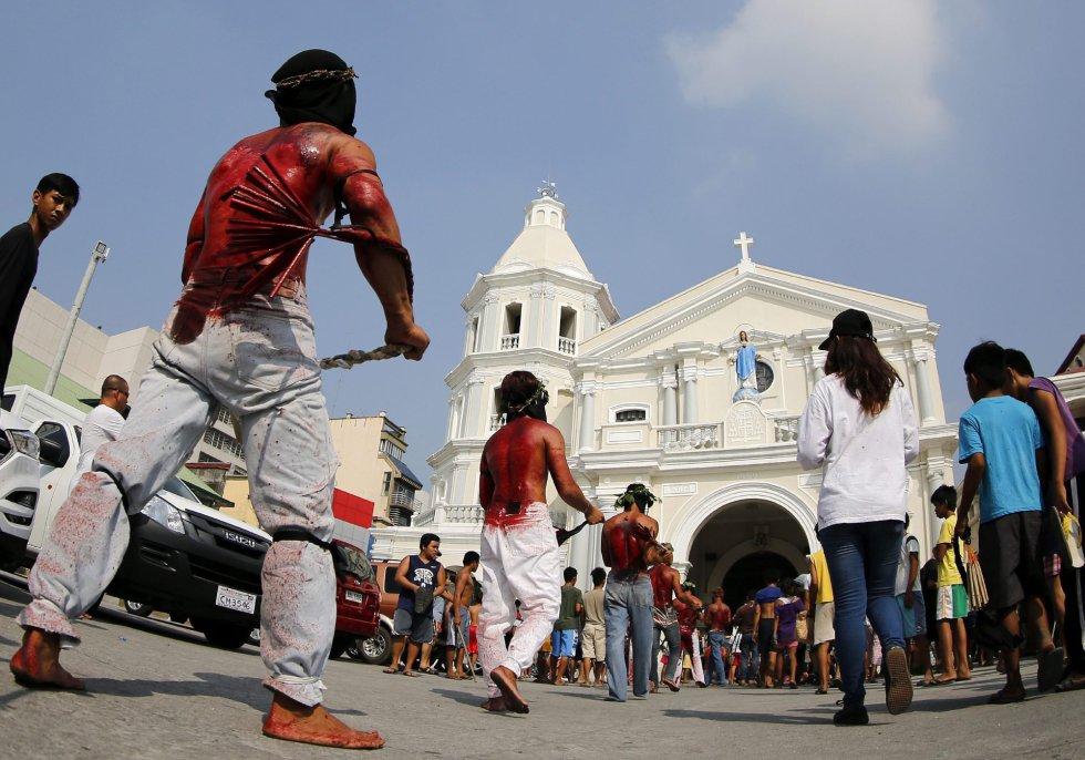 Un penitente carga con una cruz en San Pedro Cutud en San Fernando al norte de Manila (Filipinas).