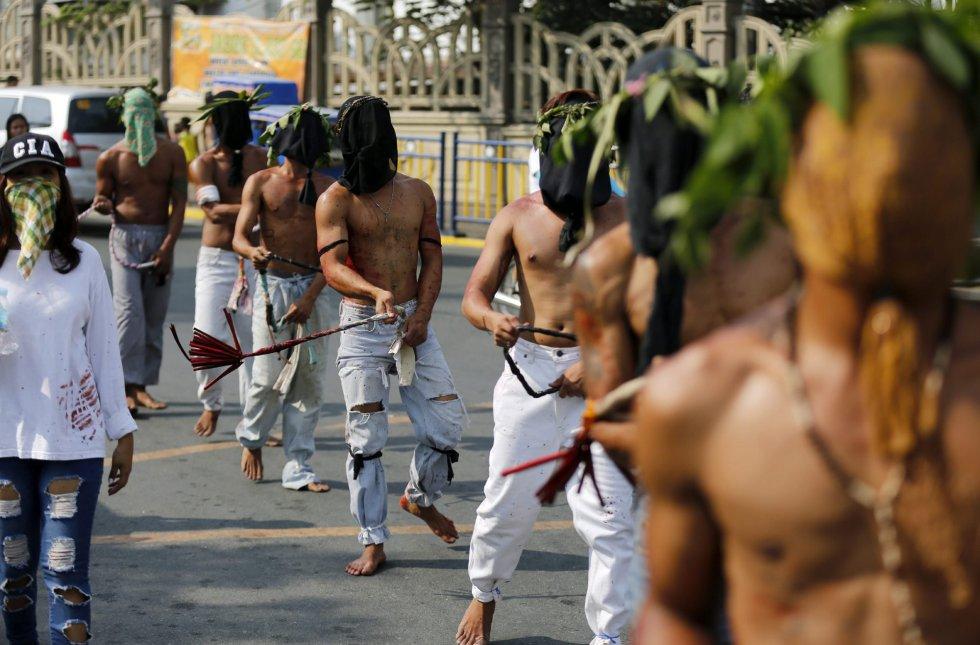 Penitentes se flagelan en San Pedro Cutud en San Fernando al norte de Manila (Filipinas).