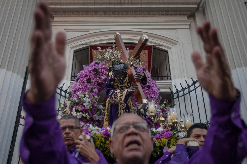 Penitentes participan en la procesión del Nazareno de San Pablo durante la celebración del Miércoles Santo de la Semana Santa en la basílica Santa Teresa en la ciudad de Caracas (Venezuela).