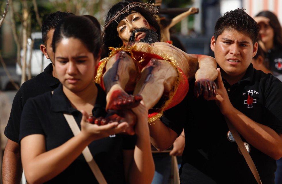 Fieles católicos participan en la peregrinación y baño de Cristos en un ritual que puede tener hasta 400 años de antigüedad y que marca el inicio de la celebración de la Semana Santa, en el municipio de San Martín de Hidalgo en Jalisco (México).