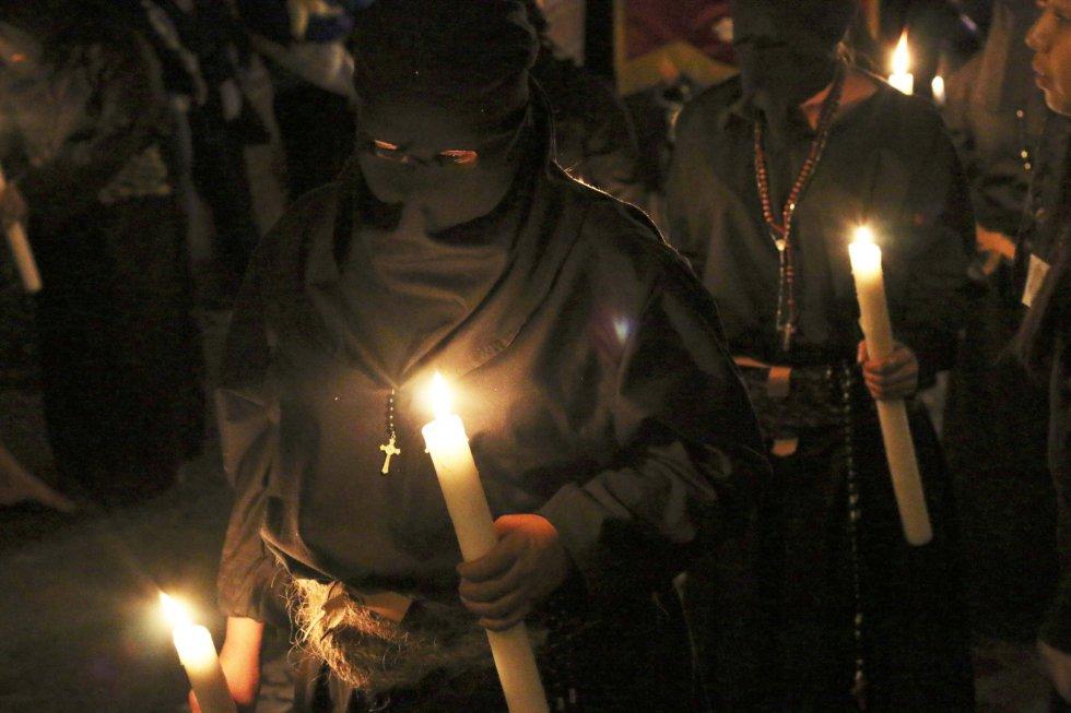 Hombres y mujeres participan en la procesión de las ánimas del purgatorio, una simbólica tradición que se celebra como parte de la Semana Santa en el municipio de Taxco, Guerrero (México).