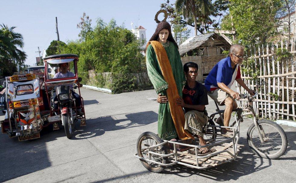 Varios ciudadanos transportan una imagen de la Virgen María en Gasan (Filipinas).