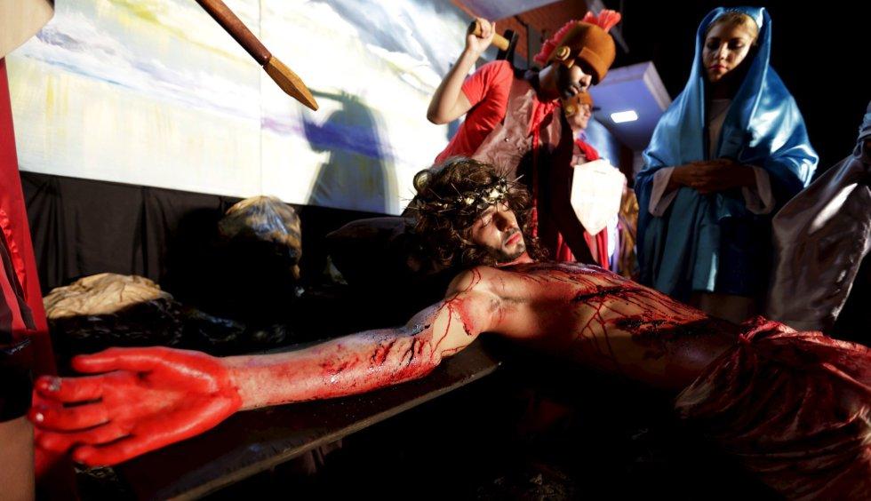Varios actores representan escenas de la Pasión de Cristo en Luque (Paraguay).