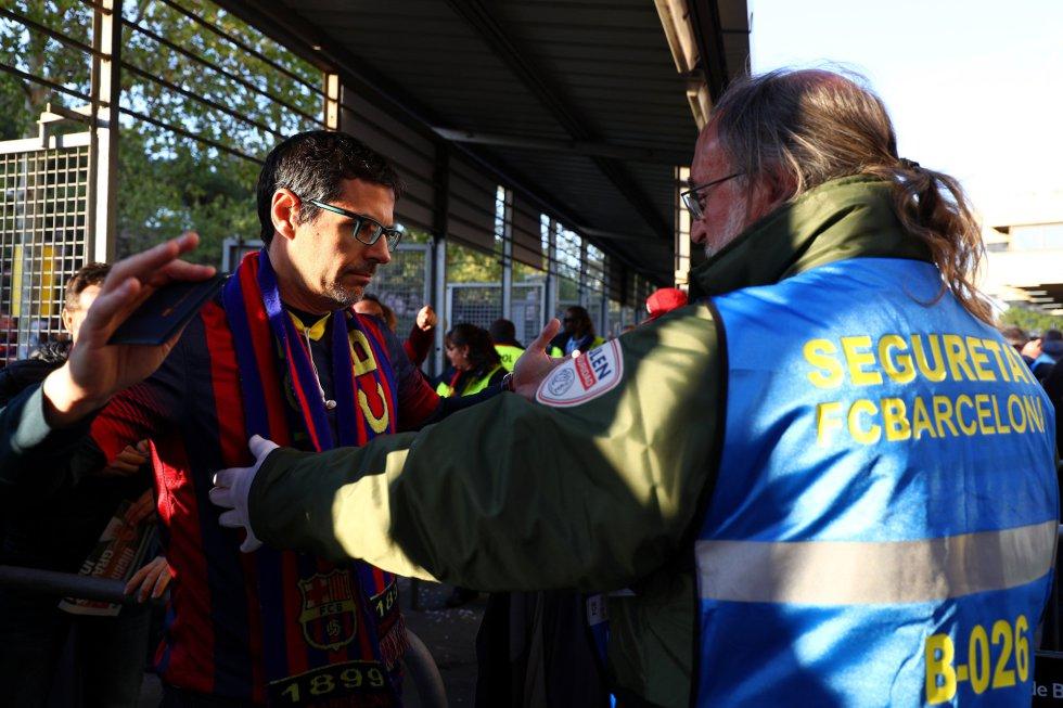 Un espectador pasa un control de seguridad antes de entrar al Camp Nou.