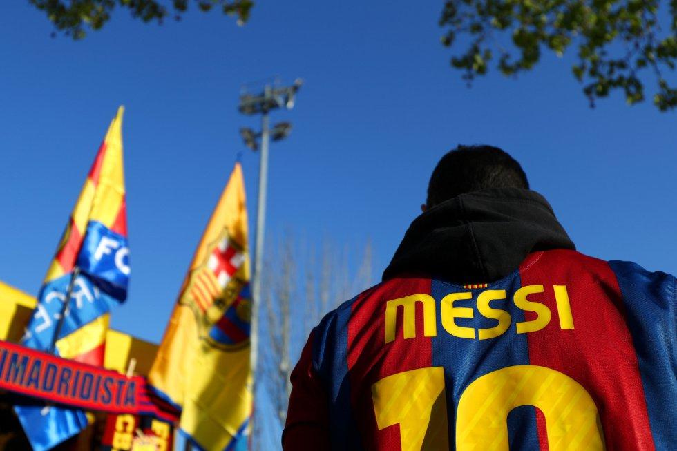Un aficionado acude con la camiseta de Messi al Camp Nou.