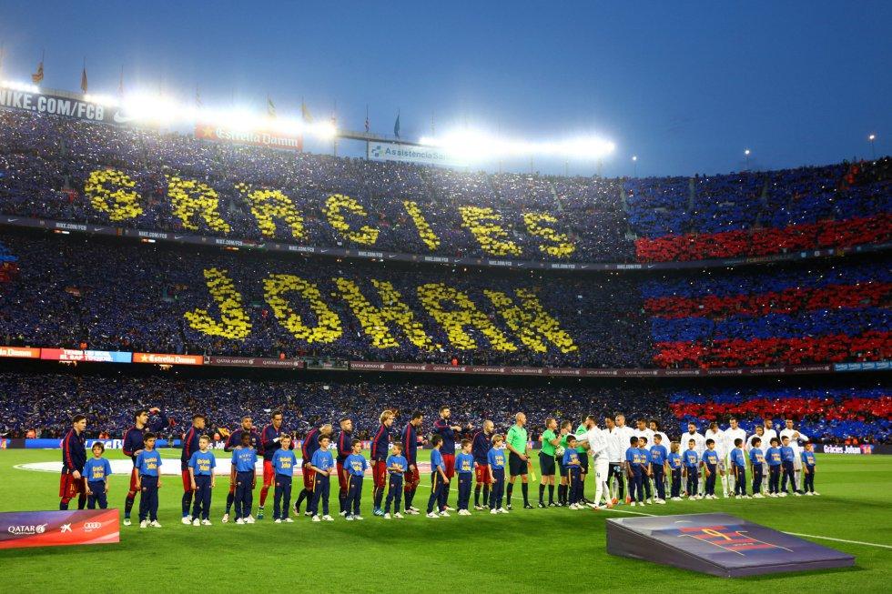 Espectacular tifo con recuerdo al fallecido Cruyff en la grada del Camp Nou