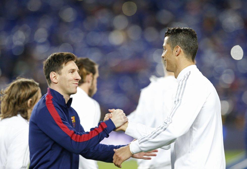 Messi y Cristiano se saludan antes del duelo