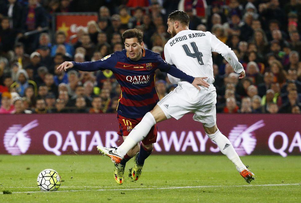 Sergio Ramos zancadilleando a Messi en el área en la jugada más polémica del partido.