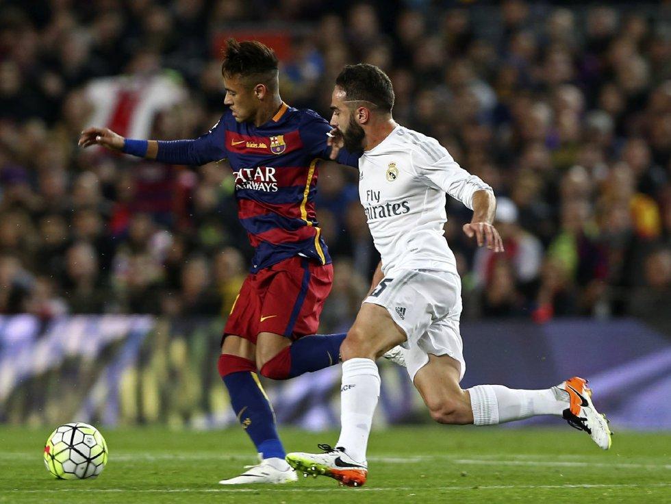 Neymar intenta zafarse de Carvajal durante el Clásico.