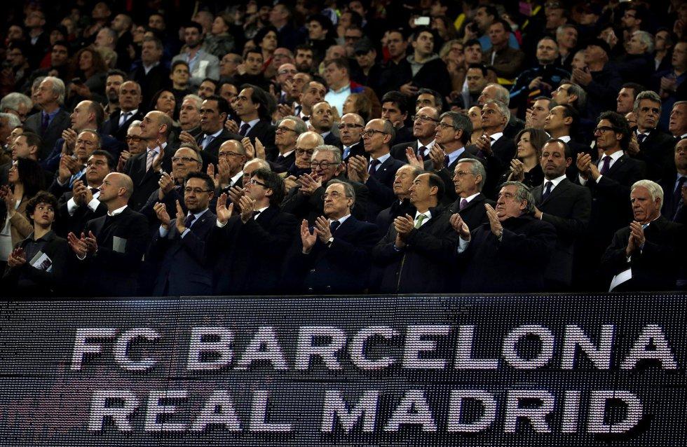 Imagen del palco del estadio del Camp Nou, durante la proyección de un video en homenaje al recientemente fallecido, Johan Cruyff.