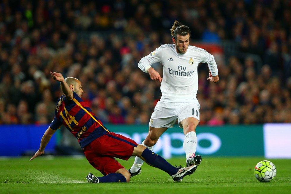 Mascherano realiza una entrada para cortar la internada de Gareth Bale.