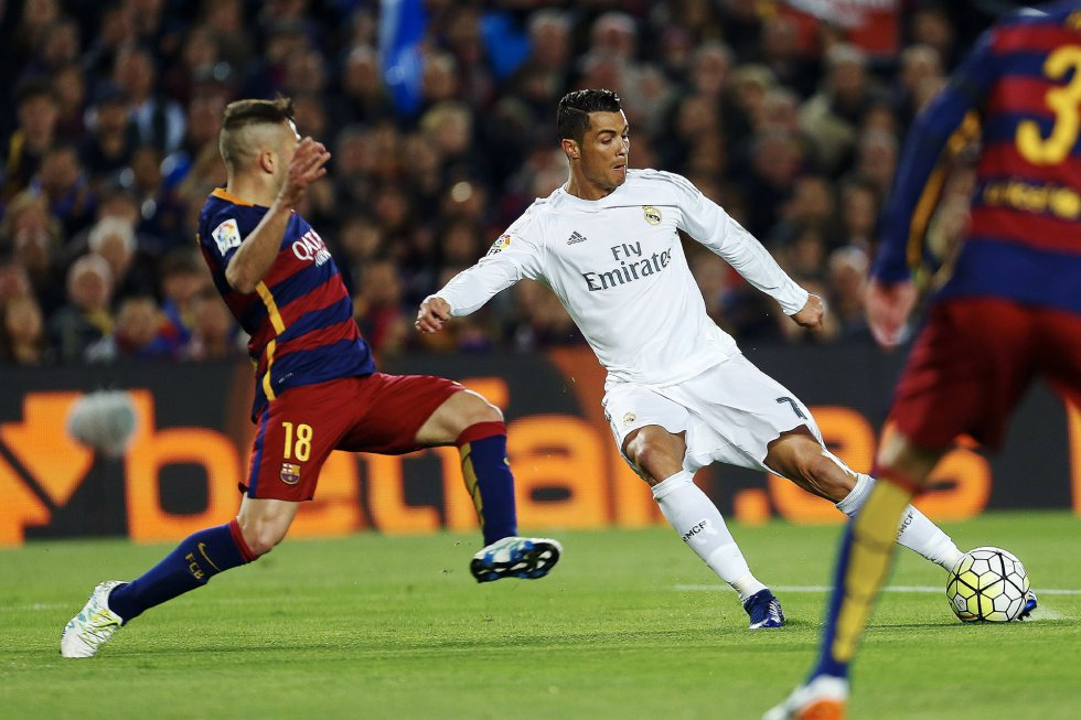 Cristiano Ronaldo dispara frente a la oposición de Jordi Alba.