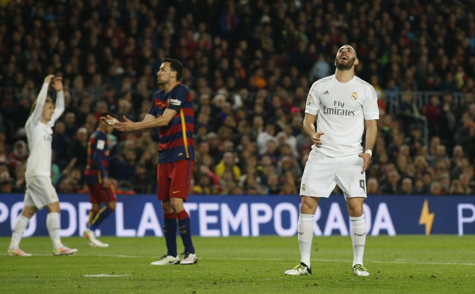 Karim Benzema se lamenta tras errar un remate.