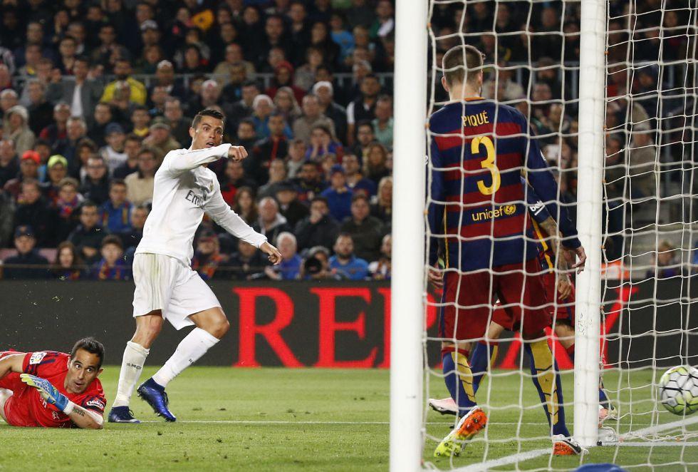 Real Madrid anota el 1-2 ante la mirada de Claudio Bravo.