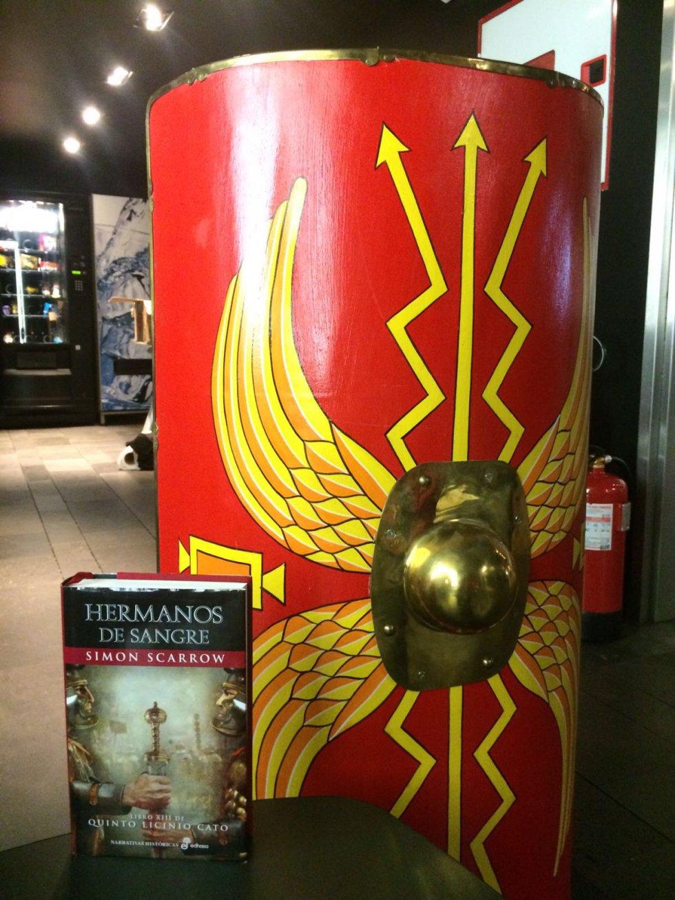 Escudo romano y 'Hermanos de sangre'.