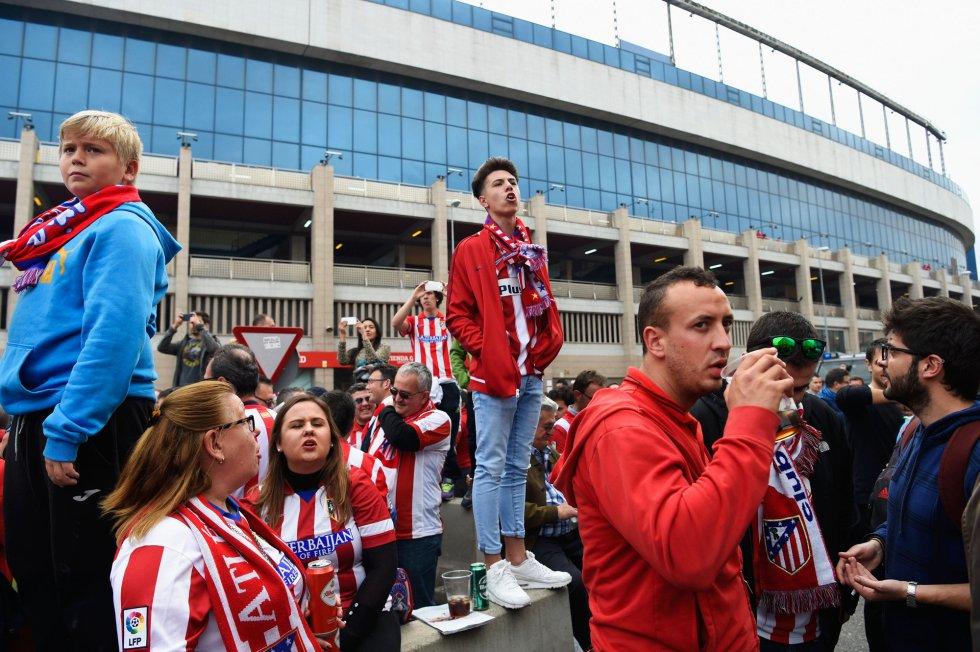 Aficionados rojiblancos, antes de que se abran las puertas del Calderón