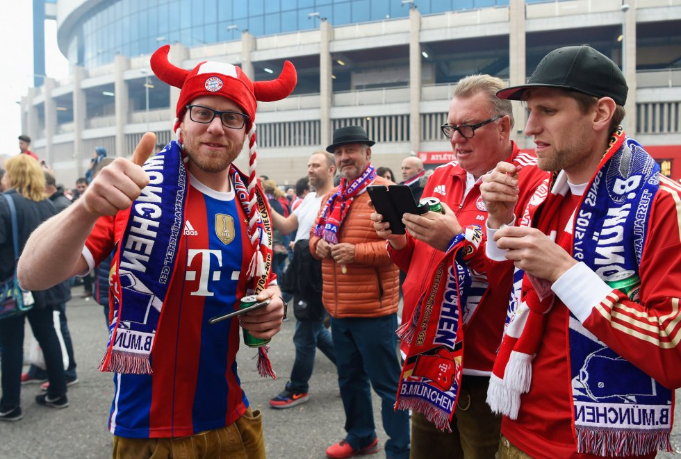 Seguidores alemanes en las inmediaciones del Calderón