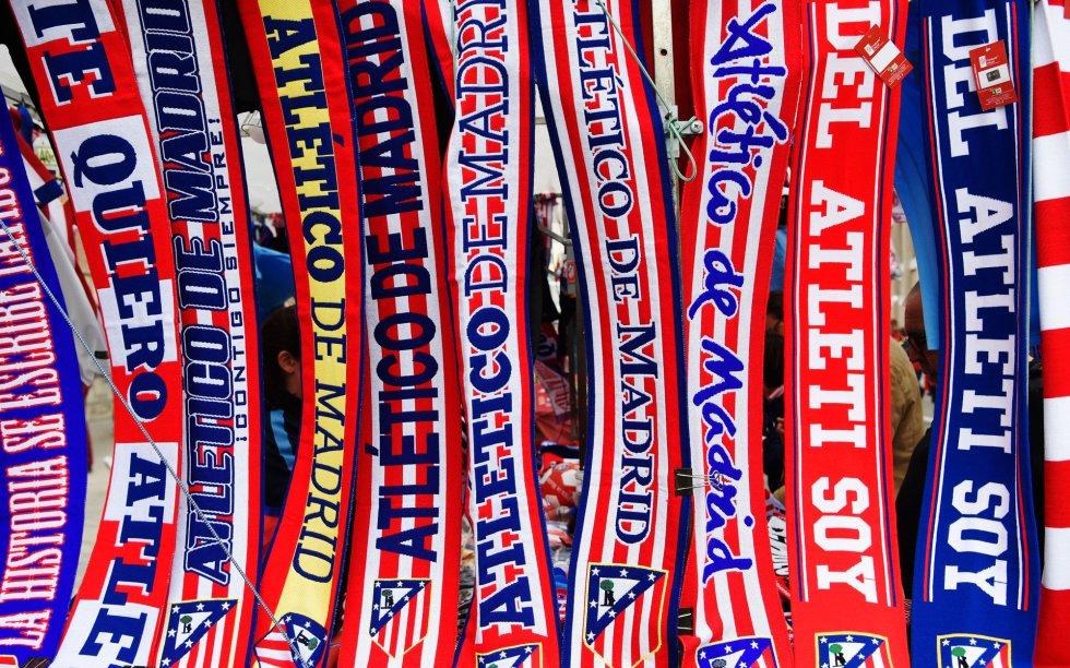 Bufandas del Atlético en uno de los puestos ambulantes cercanos al estadio rojiblanco
