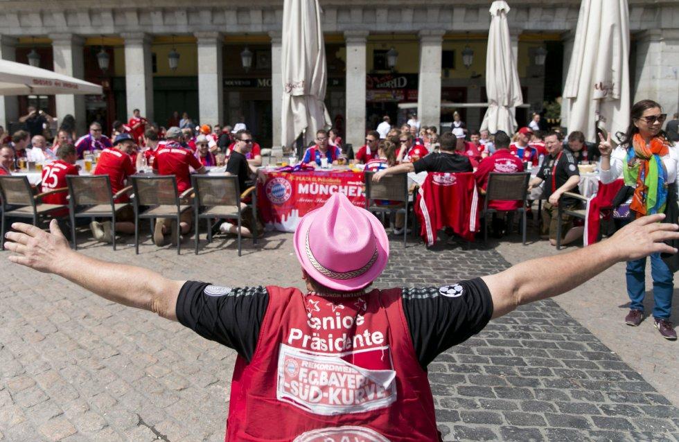 Aficionados del Bayern, en la Plaza Mayor horas antes del partido Atlético-Bayern
