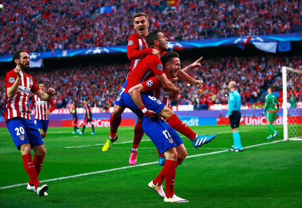Los jugadores rojiblancos celebran el gol de Saúl Ñíguez