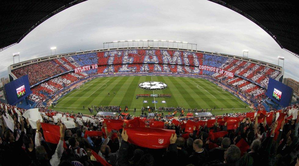 Vista general del estadio Vicente Calderón con los colores rojiblancos en las gradas poco antes del inicio del partido de ida de las semifinales de la Liga de Campeones entre el Atlético de Madrid y el Bayern Munich.