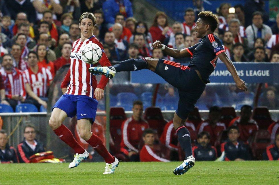 Alaba disputa un balón con Fernando Torres